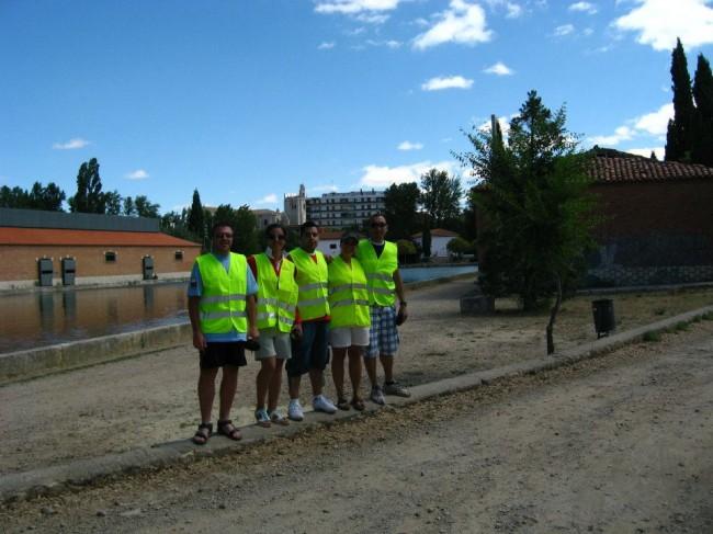 Los cinco socios del Club posan junto al puesto de control y de avituallamiento de la marcha cicloturista Canal de Castilla en la Dársena de Palencia.