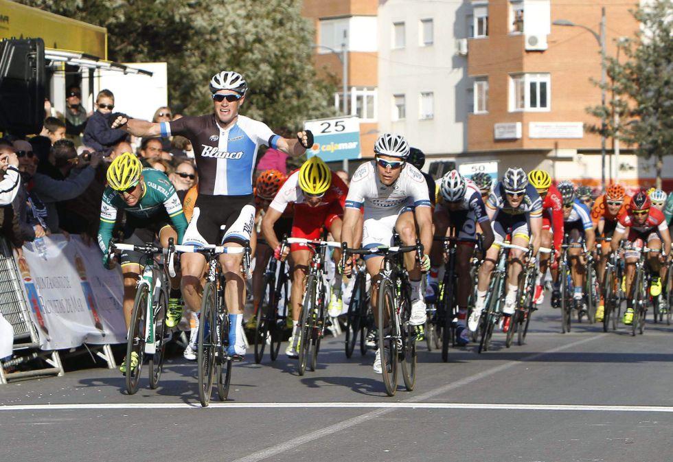 El australiano Mark Renshaw (Blanco) es el más rápido en el sprint final de la Clásica de Almería