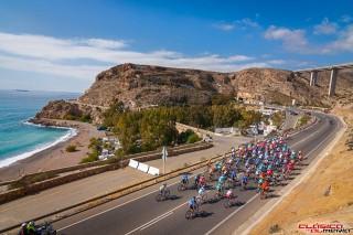 El pelotón de la Clásica rueda por los bellos paisajes del poniente almeriense. Foto: Clásica de Almería