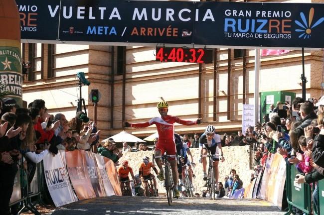 Navarro celebra su triunfo a su llegada a meta. | Foto: Josechu Hernández