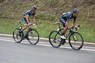 Beñat Intxausti (Movistar) a la izquierda y Alberto Contador (Saxo Bank Tinkoff) pasan al ataque en las rampas de Autzagane. Foto: SC Amorebieta.