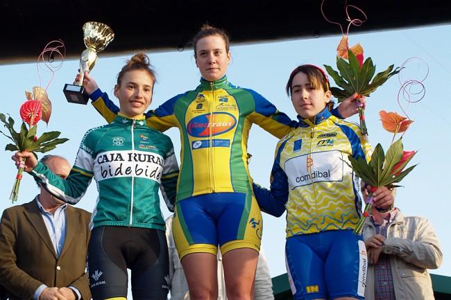 María San José, izquierda, y Elisabet Escursell, derecha, acompañaban en el podio a la asturiana Alicia González. Foto: Graciela Martín.