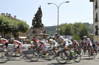 El pelotón durante la 90 edición de la Clásica de Ordizia de ciclismo. EFE/Javier Etxezarreta.