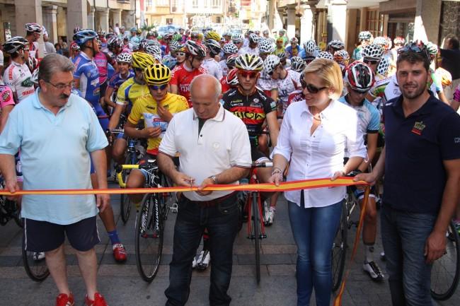 Corte de cinta del GP Villa de Cervera en la Plaza Mayor con la presencia de 132 ciclistas. Foto: Luis M. Román-Mendoza/RFEC