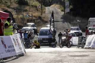 Juan Camacho (Castillo de Onda) supera en la última curva a Fernando Barceló (Specialized-Contador) tras caerse. Foto: Chuchi Paparazzi