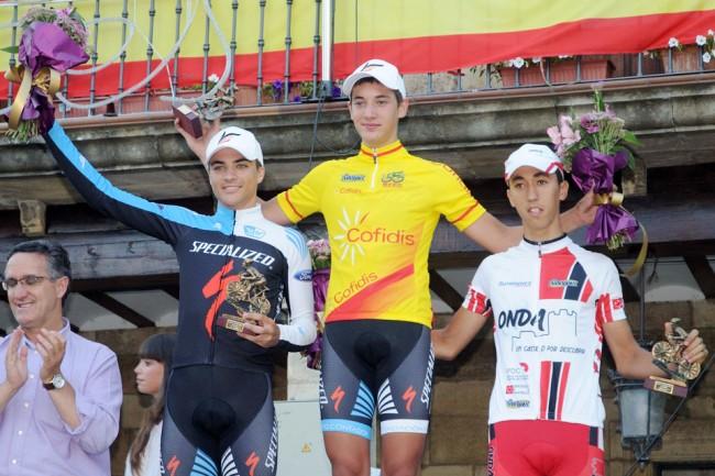 Fernando Barceló en lo más alto del podio con el maillot de líder de la Copa de España júnior Cofidis 2013 acompañado por su compañero Diego Pablo Sevilla (Specialized-Contador) y David Calmaestra (Castillo de Onda). Foto: Wifredo Román.