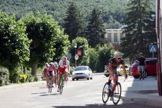 El vigente campeón de España júnior, Iván García Cortina (Gijón-Las Mestas), lidera un grupo de escapados al paso por Cervera. Foto: Alberto Bascones.