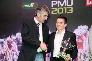 Samuel Dumoulin del equipo Ag2r La Mondiale recibe de Marc Madiot su segunda Copa de Francia. En 2013 contó con 16 pruebas. Foto: Bruno Bade©