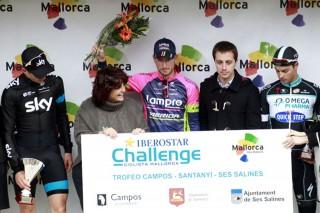 Sasha Modolo en el podio final del Trofeo Campos, acompañado por Ben Swift (izquierda) y Gianni Meersman (derecha). Fotos: Sabine Jacbos.