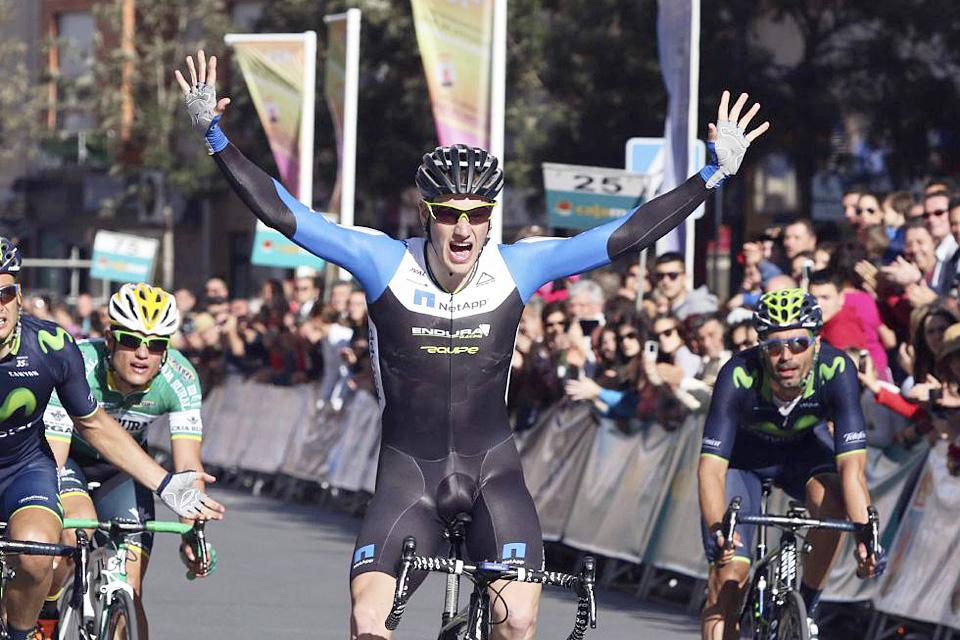 Sam Bennet gana en la Clásica de Almería y frustra el trabajo de Movistar