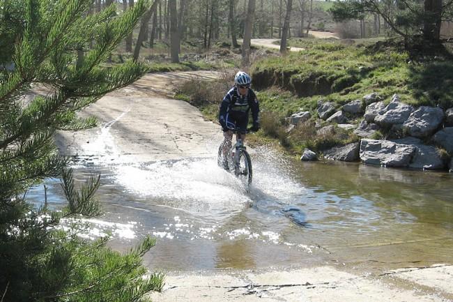 Agua, barro y un tiempo soleado han sido las características de las primera salidas cicloturistas.