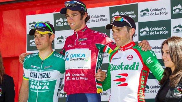 Michael Matthews flanqueado en el podio final por Francesco Lasca y Carlos Barbero.