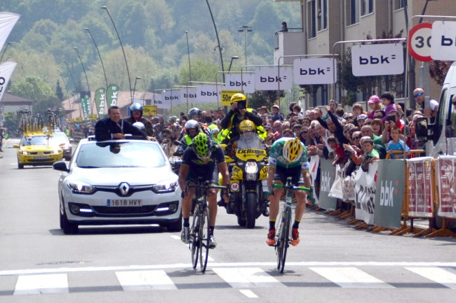El apretado sprint dejó como vencedor de la Klasika a un corredor modesto como Peio Bilbao. Foto: Movistar Team.