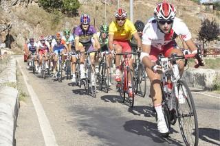 Jaume Sureda y compañeros del equipo del Castillo de Onda lideran el pelotón en los últimos kilómetros de la prueba. Foto: foturCantabria