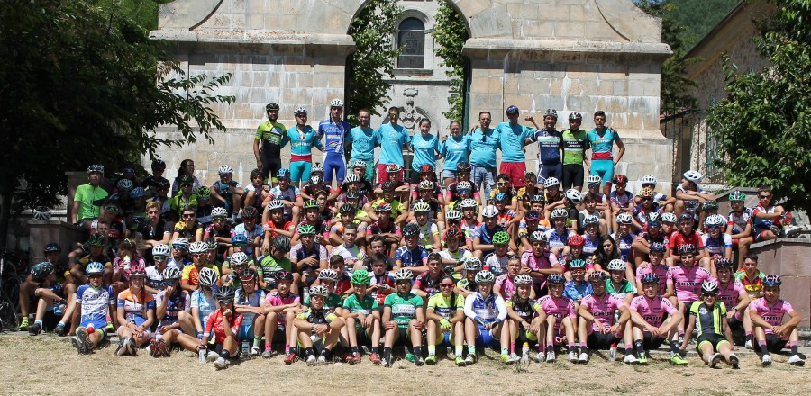 Foto de grupo de los participantes en el turno 1 delCampus acompañados por miembros del equipo ciclista Gomur-Liébana 2017. Foto: Esti Aginako.